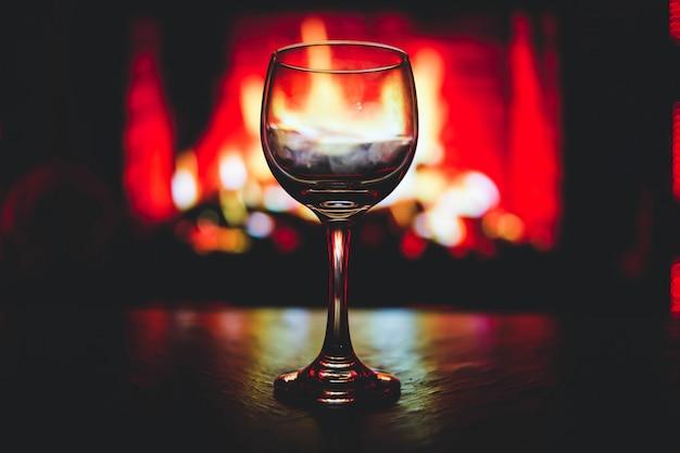 Zdjęcie selektywnej ostrości przezroczystego kieliszka do wina