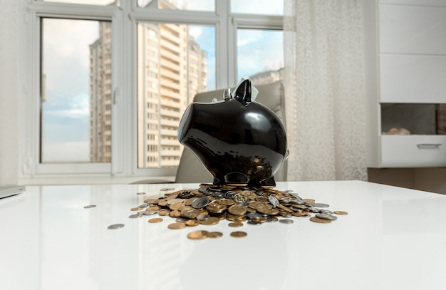 Zdjęcie skarbonki na stole biurowym na tle miasta