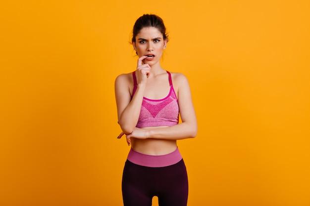 Zdjęcie skoncentrowanej kobiety w odzieży sportowej