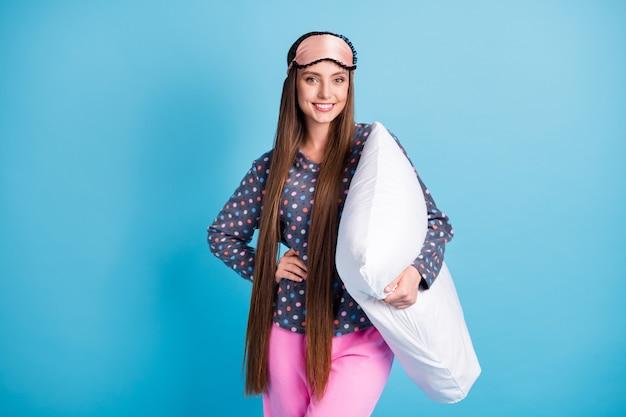 Zdjęcie ślicznej uroczej młodej dziewczyny uśmiechający się trzymaj poduszkę długa fryzura udawaj idź spać unikaj prac domowych nosić maskę kropkowana koszula piżamy bielizna nocna na białym tle jasny niebieski kolor tła