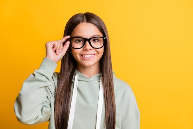 Zdjęcie ślicznej uroczej uczennicy nosić dorywczo szary strój ramię ręce okulary na białym tle żółty kolor tła