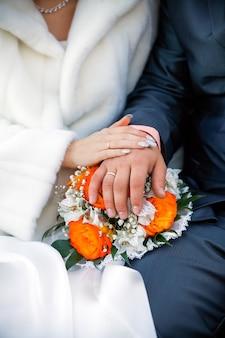 Zdjęcie ślubne młodej pary zakochanych, którzy dopiero co się pobrali