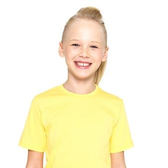 Zdjęcie śmiejąc się piękna szczęśliwa dziewczyna na białym tle