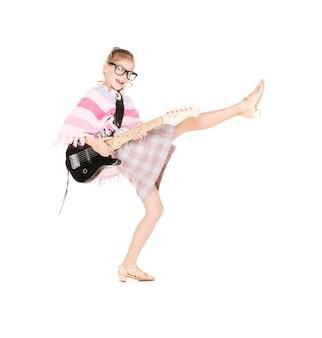 Zdjęcie śmiesznej dziewczyny w specyfikacjach z gitarą elektryczną