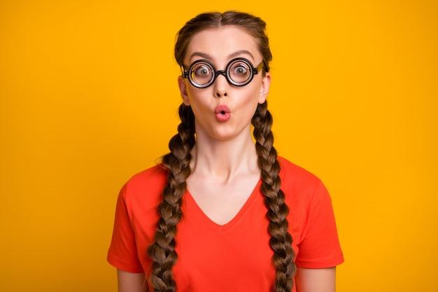 Zdjęcie śmiesznej pani studentki otwarte usta zszokowany wygląd aparatu