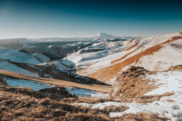 Zdjęcie śnieżnej góry elbrus. zachodnia strona elbrusa. podróż zimą.