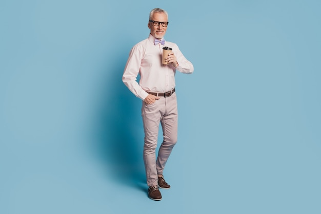 Zdjęcie starszego, przystojnego biznesmena pijącego gorącą kawę