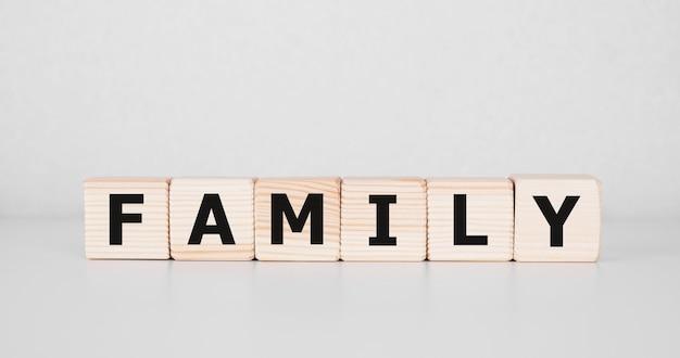 Zdjęcie stockowe rodzinne słowo na drewniane bloki