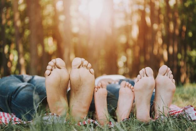Zdjęcie stóp. ludzie leżą na miocie w lesie i odpoczywają.