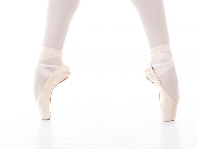 Zdjęcie stóp pięknej baletnicy podczas tańca baletowego
