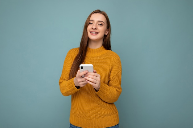 Zdjęcie strzał z atrakcyjnych pozytywnie wyglądających młodych kobiet noszących dorywczo stylowy strój poising