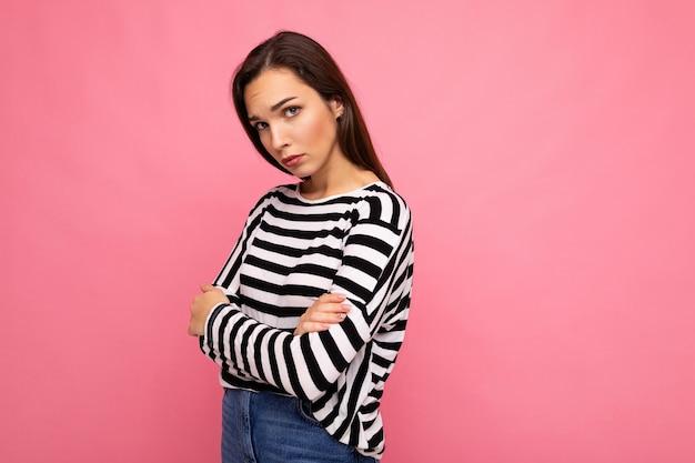 Zdjęcie strzał z ładny atrakcyjny całkiem młoda smutna smutna brunetka kobieta ubrana na co dzień w paski
