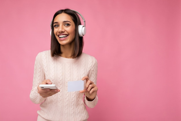 Zdjęcie strzał z piękną radosną uśmiechniętą młodą osobę płci żeńskiej na sobie stylowy strój dorywczo na białym tle