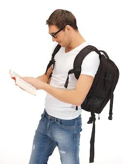 Zdjęcie studenta z plecakiem i książką w specyfikacji