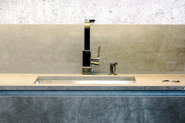 Zdjęcie stylowego, luksusowego zlewozmywaka wbudowanego w marmurowy stół kuchenny