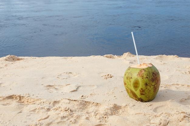 Zdjęcie świeżego kokosa na tropikalnej plaży?