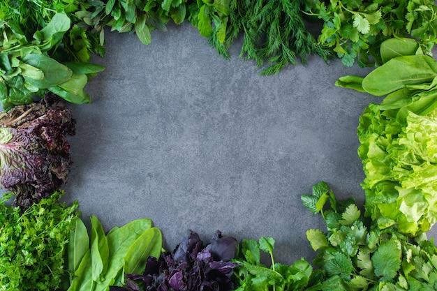 Zdjęcie świeżych zdrowych zielonych warzyw na kamiennej powierzchni