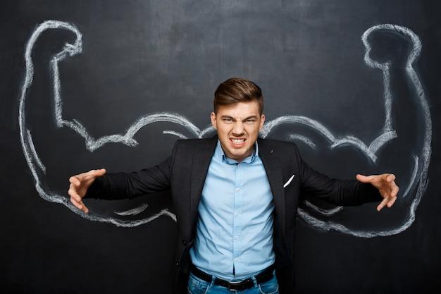 Zdjęcie szalonego mężczyzny z fałszywymi ramionami mięśni