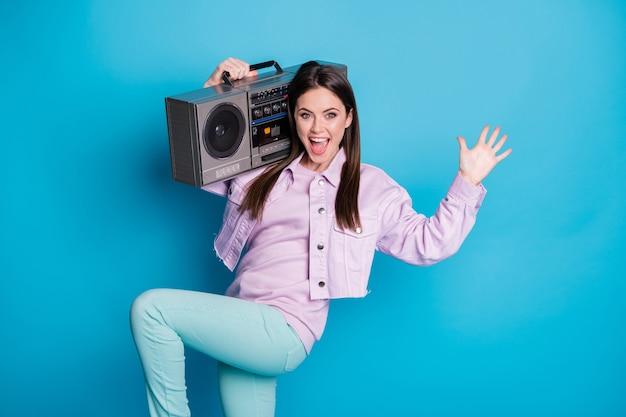 Zdjęcie szalonej damy trzymaj ramię vintage dyktafon impreza radosna muzyka posłuchaj fajnej piosenki