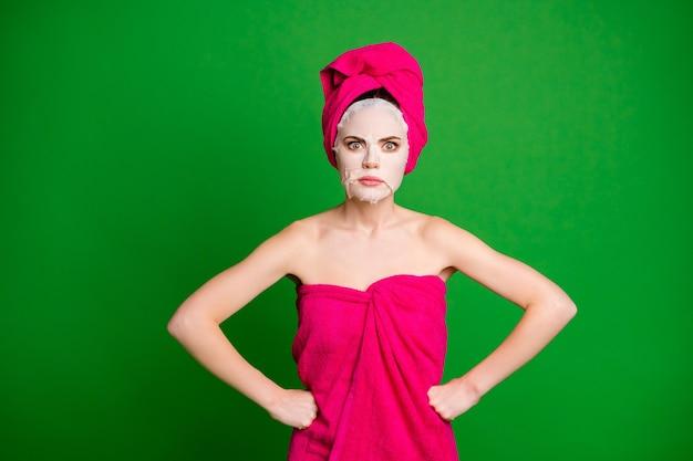 Zdjęcie szalonej pani nakłada maseczkę na twarz ręce po bokach zły nastrój nosić ręczniki ciało głowa na białym tle zielony kolor tła