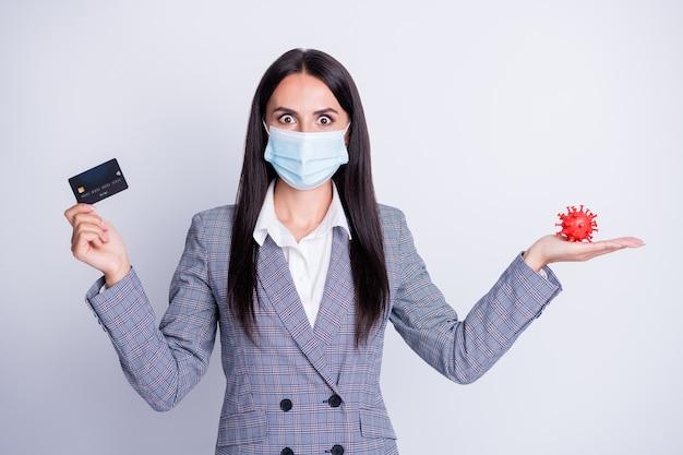 Zdjęcie szalonej przerażonej pani bankier trzymaj covid bakterie plastikowa karta kredytowa wybierz poradę detaliczna bezprzewodowa bezpieczna zapłać zbliżeniowa sposób bez kontaktu nosić respirator na białym tle szary kolor tło