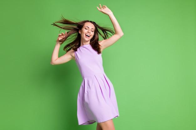 Zdjęcie szalony ładna młoda dama model zamknij oczy ręce dmuchanie powietrza fryzura bawić się relaks dyskoteka królowa impreza klub rabat koncert nosić fioletowa sukienka na białym tle pastelowy zielony kolor tła
