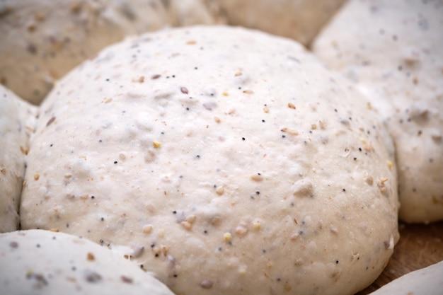 Zdjęcie szczegółowego ciasta na zakwas gotowego do pieczenia