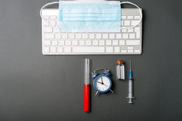 Zdjęcie szczepionki do badania krwi i laptopa, budzik