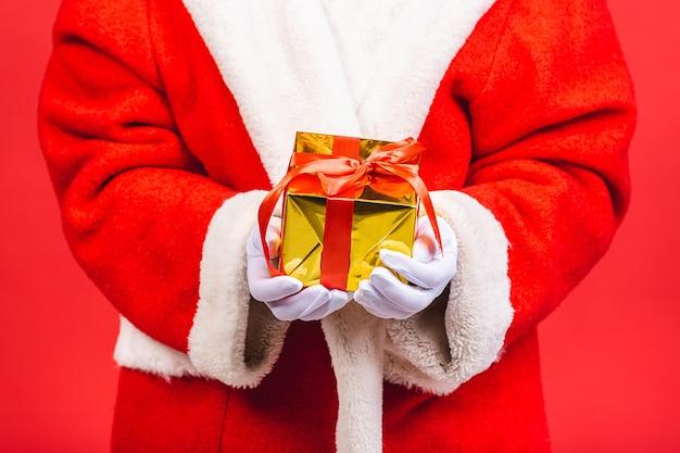 Zdjęcie szczęśliwego świętego mikołaja z obecnymi pudełkami