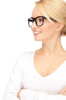 Zdjęcie szczęśliwej i uśmiechniętej kobiety w okularach