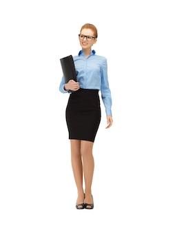 Zdjęcie szczęśliwej kobiety z folderem w specyfikacjach