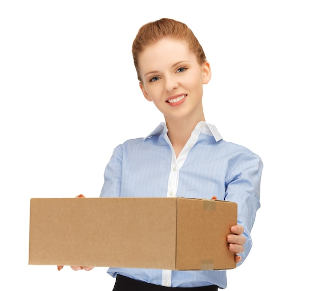 Zdjęcie szczęśliwej kobiety z kartonowym pudełkiem