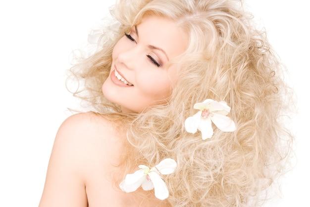 Zdjęcie szczęśliwej kobiety z kwiatami we włosach