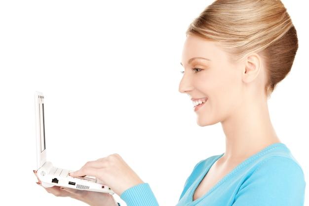 Zdjęcie szczęśliwej kobiety z laptopem