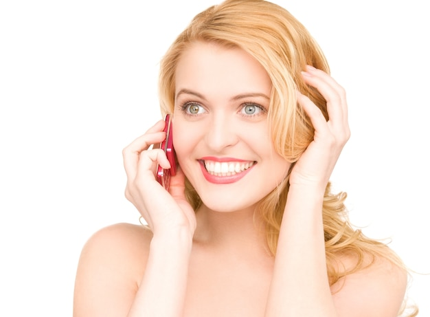 Zdjęcie szczęśliwej kobiety z telefonem komórkowym