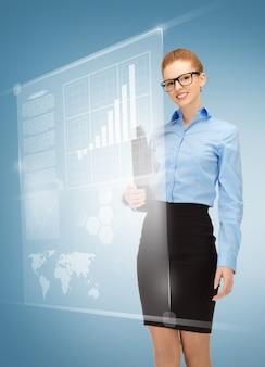 Zdjęcie szczęśliwej kobiety z wirtualnymi ekranami w specyfikacji