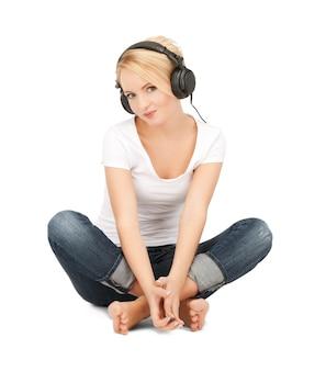 Zdjęcie szczęśliwej nastolatki w dużych słuchawkach