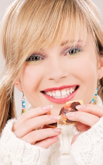 Zdjęcie szczęśliwej nastolatki z ciasteczkiem