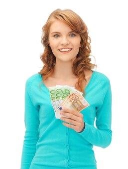 Zdjęcie szczęśliwej nastolatki z pieniędzmi w euro
