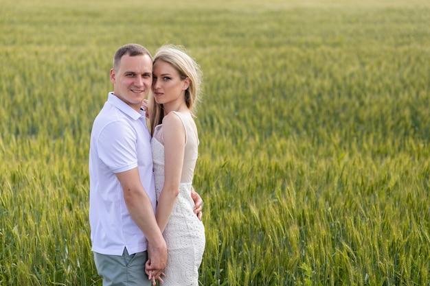 Zdjęcie szczęśliwej pary obejmującej się na polu pszenicy