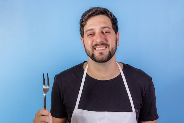 Zdjęcie Szczęśliwy Człowiek Szefa Kuchni Trzymając Naczynie Do Gotowania Mięsa Premium Zdjęcia