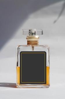Zdjęcie szklanej butelki perfum