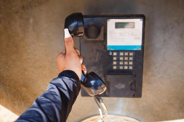 Zdjęcie telefonu publicznego w centrum miasta