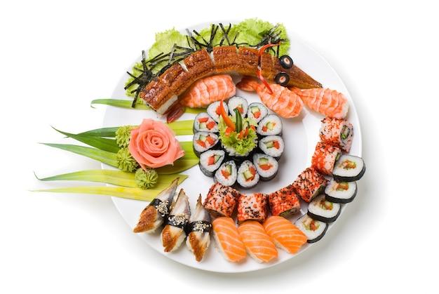 Zdjęcie toczonego i sushi na białym talerzu