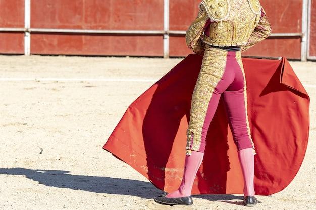 Zdjęcie torreadora lub matadora w tradycyjnym stroju i czerwonej tkaninie