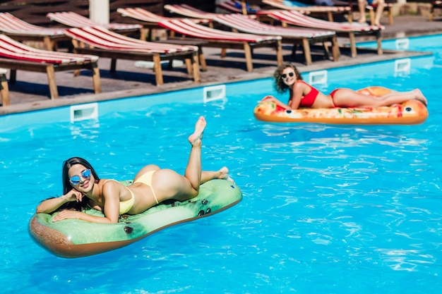 Zdjęcie twogirls leżących na nowoczesnym materacu i pozowanie do kamery.