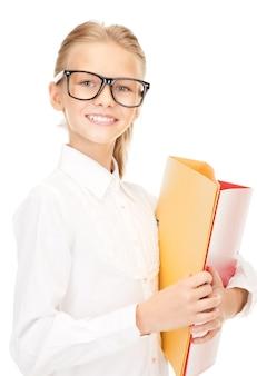 Zdjęcie ucznia szkoły podstawowej z folderami