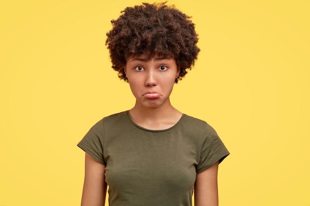 Zdjęcie urażonej ciemnoskórej dziewczyny obrażonej przez bliską osobę