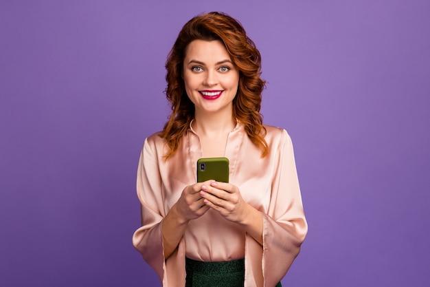 Zdjęcie uroczej, eleganckiej pani trzyma sms-y telefoniczne
