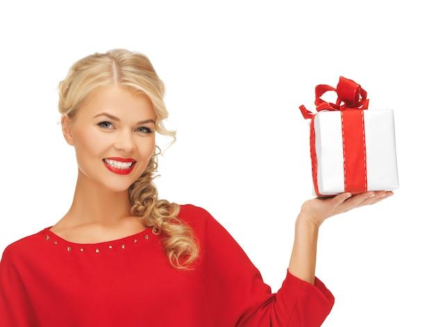 Zdjęcie uroczej kobiety w czerwonej sukience z prezentem
